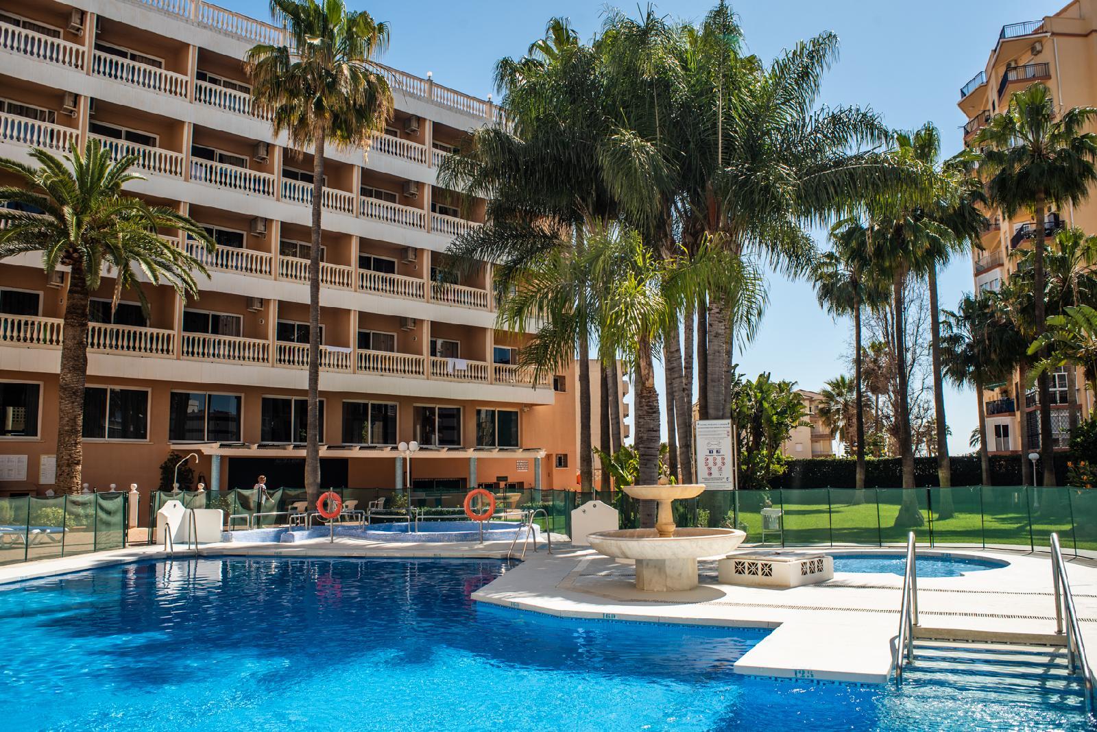 Hotel parasol garden em torremolinos costa do sol for K sol piscinas